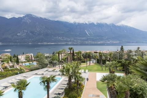 hotel_royal_village_piscina_esterno_outdoor_pool_panorama_garda_lake.jpg