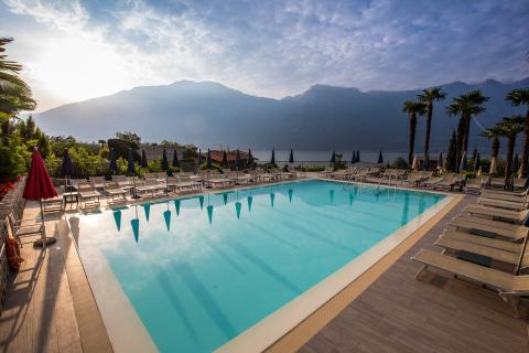 hotel_royal_village_piscina_outdoor_pool_garda_lake_tramonto.jpg